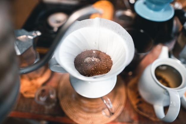 Caffè gocciolante, caffè gocciolante su un tavolo in un caffè di campagna.
