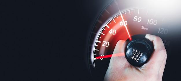 Il conducente controlla la leva del cambio e il chilometraggio dell'auto aumenta lo spazio di copia concetto di doppia esposizione
