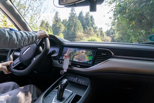 L'autista guida un'auto