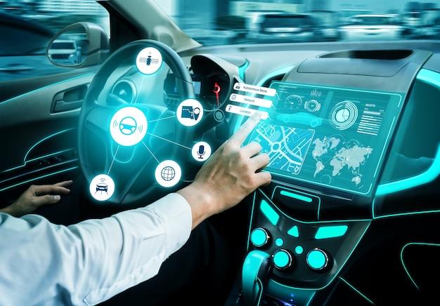 Interni auto senza conducente con cruscotto futuristico per sistema di controllo autonomo