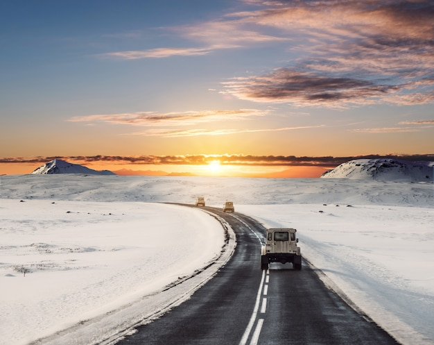 Guida su strada in inverno