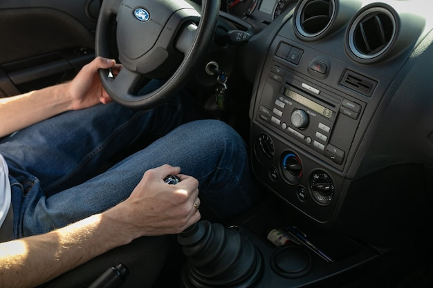 Uno studente di scuola guida guida un'auto
