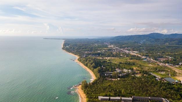 Drone vista aerea della comunità e molti reosrt a khao lak, phang nga, thailandia.