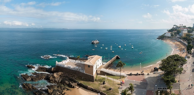 Drone vista aerea della spiaggia di porto da barra a savaldor bahia brasile.