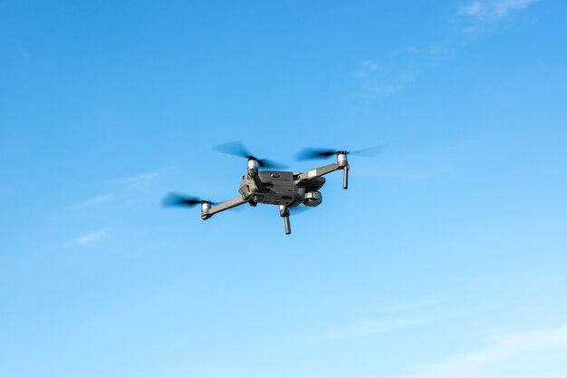 Drone su uno sfondo di cielo blu, vista laterale
