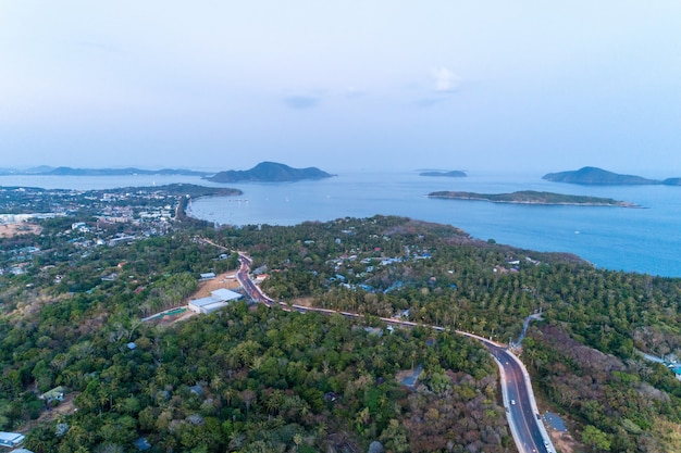 Vista della macchina fotografica del fuco dell'isola di phuket nel tempo di sera.