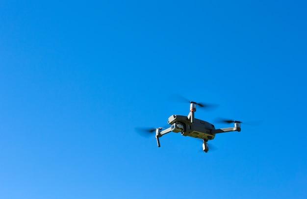 Drone elicottero volando con fotocamera digitale