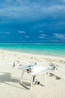 Drone elicottero con fotocamera digitale sulla spiaggia
