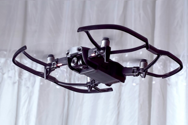 Drone dji mavic air, quadroopter vola nella stanza, con accessori protettivi su di esso
