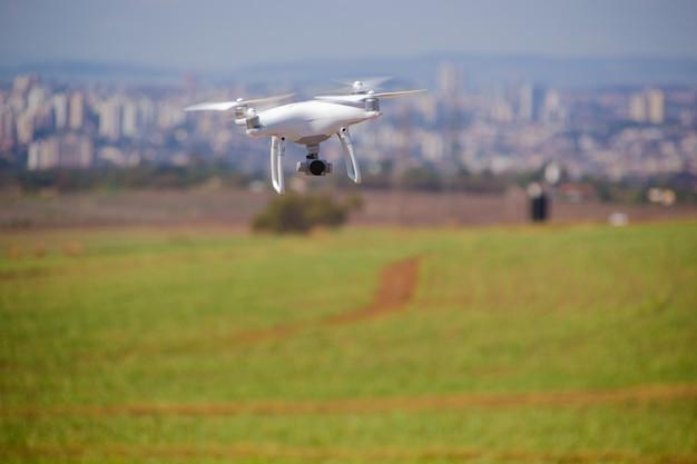 Drone che vola in campo. concetto di tecnologia nella fattoria.