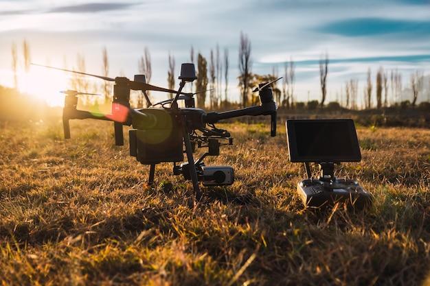 Drone e radiocomando industriale al tramonto