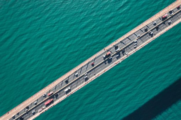 Drone che guarda l'immagine del ponte aereo