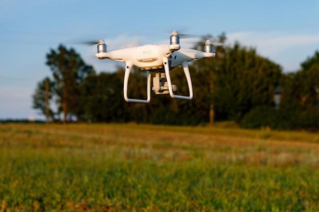 Drone quadricottero sul campo di grano verde green
