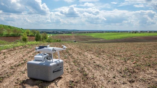 Drone quadricottero su campo verde