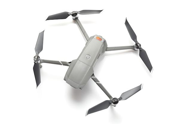 Drone quadricottero con una telecamera isolata su sfondo bianco