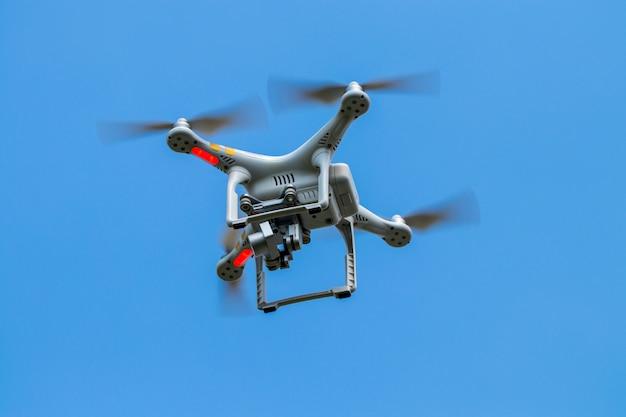 Quadricottero drone con fotocamera digitale sul cielo