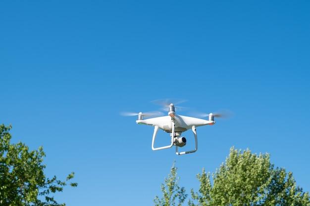 Drone o quadricottero mentre vola nel cielo.