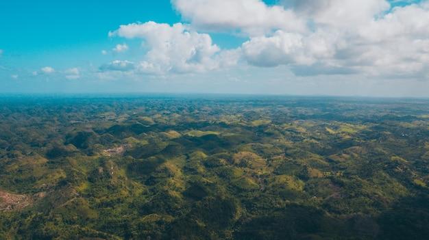 Una ripresa del drone con le montagne