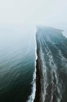 Colpo di drone della spiaggia di sabbia nera di reynisfjara in islanda