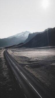 Colpo di drone di una strada panoramica in islanda sfondo del telefono cellulare