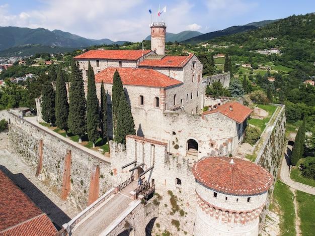 Vista da drone del complesso architettonico del castello nella città di brescia. lombardia, italia