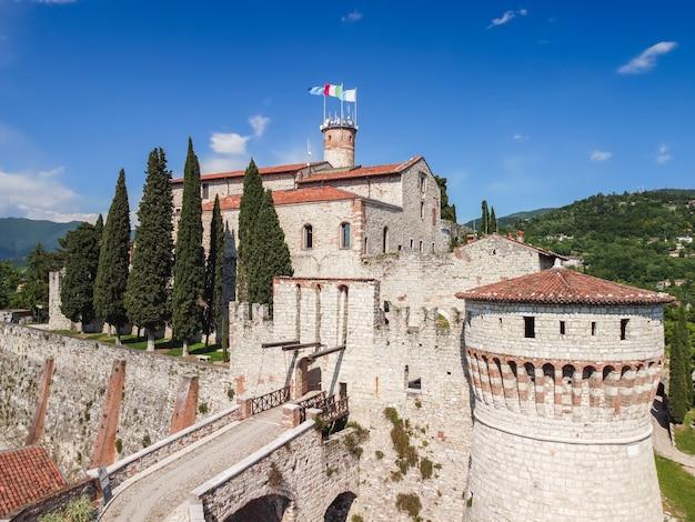 Veduta aerea dell'ingresso centrale con ponte levatoio medievale nel castello di brescia