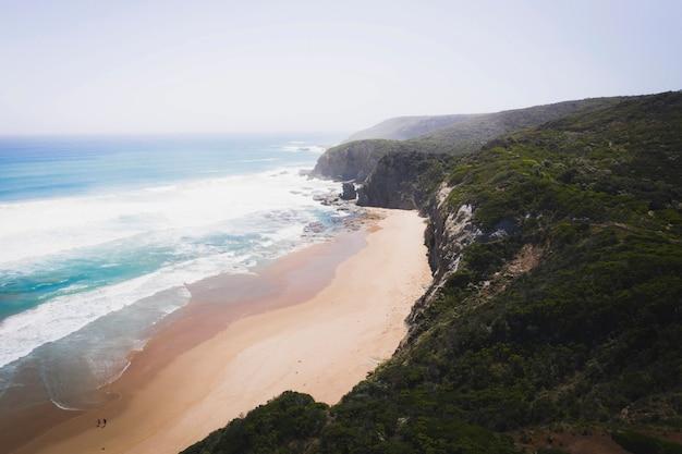 Drone vista della costa sotto un cielo pastello