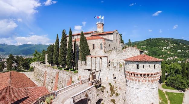Vista drone dello storico castello della città di brescia. lombardia, italia