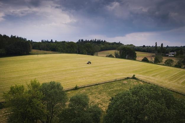 Vista del drone di un trattore su un campo