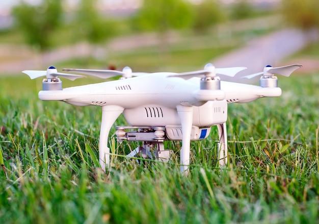Drone con telecamera nell'erba preparando a volare