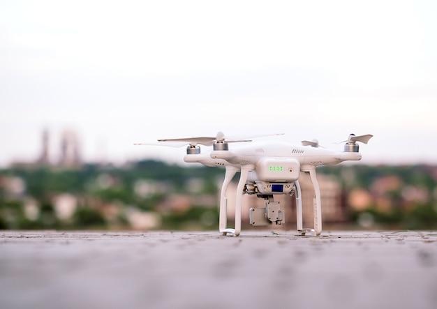Drone con telecamera preparando a volare