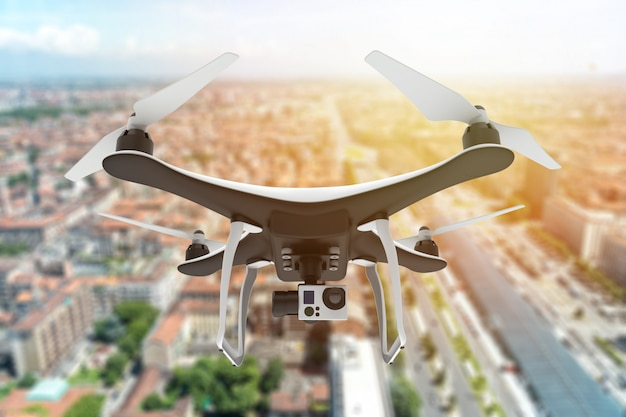 Drone con fotocamera digitale che sorvola una città