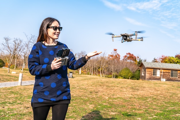 Droni e donne camera nel parco