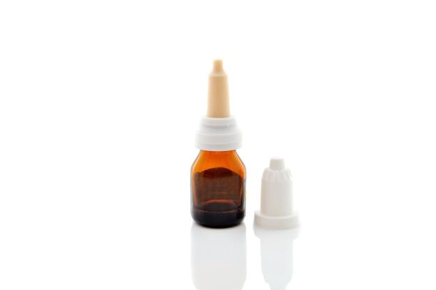 Bottiglia di goccia sulla bottiglia bianca