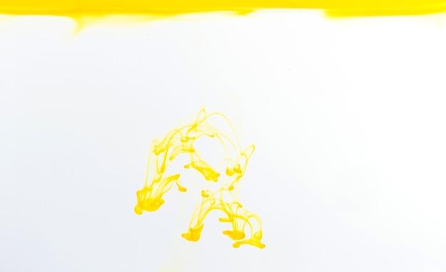 Lascia cadere il colore dell'inchiostro nell'acqua, colora lo sfondo, la trama del fumo
