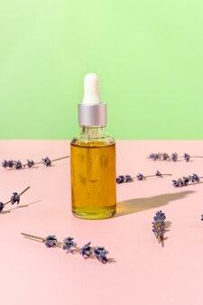 Flacone contagocce di olio naturale per viso e corpo e fiori di lavanda con ombre