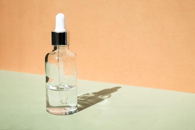 Mock-up di bottiglia di vetro contagocce. trattamento corpo e spa. prodotti di bellezza naturali. eco crema, siero, bottiglia vuota per la cura della pelle. olio da massaggio anticellulite. pipetta cosmetica oleosa.