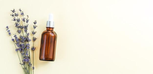 Flacone di siero di vetro contagocce di olio di lavanda vista dall'alto