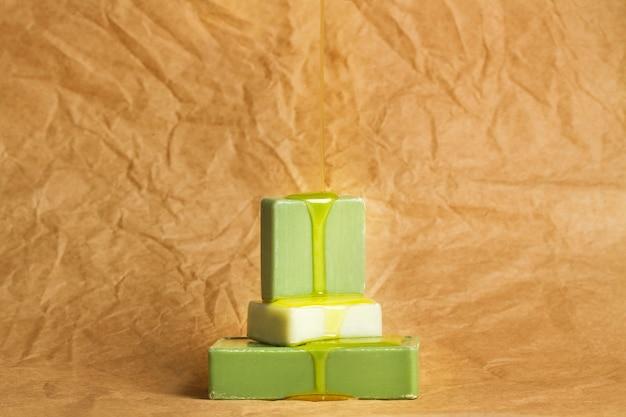 Far cadere l'olio per la pelle su saponette verdi