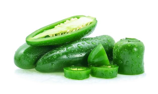 Gocce acqua peperoncino verde messicano isolato su sfondo bianco.