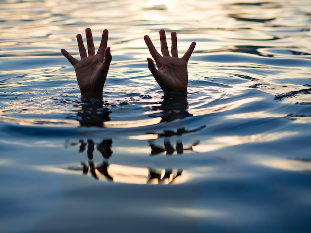 Annegamento delle vittime, mano di un uomo che sta annegando che ha bisogno di aiuto.