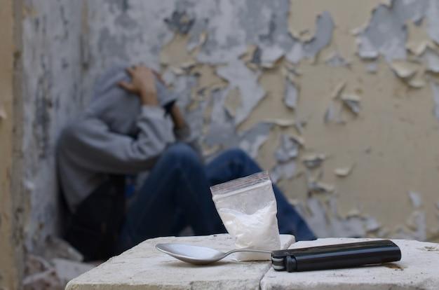 Un uomo dipendente dalla droga soffre di astinenza