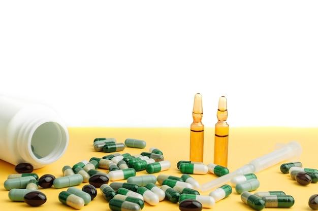 Droga in compresse e capsule fiale con farmaci siringhe