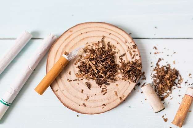 Droghe che distruggono il concetto di famiglia. smetti di fumare per tutta la vita sul concetto di giornata mondiale senza tabacco. giornata mondiale senza tabacco.