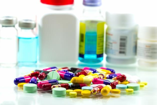 Droghe su sfondo bianco isolato. concetto di business per medici e farmacia. Foto Premium