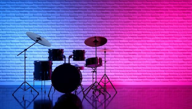 Set di tamburi in una bella luce al neon, 3d'illustrazione