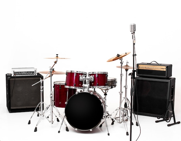 Drum set on white set di strumenti musicali
