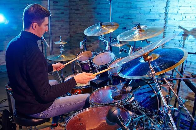 Il batterista che suona sulla batteria è sul palco