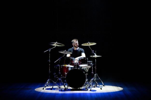 Batterista che suona la batteria sul palco