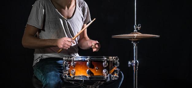 Il batterista suona la batteria
